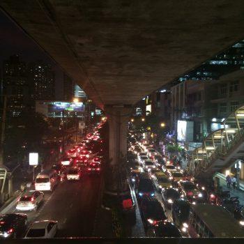 タイ、バンコクの夜のスクンビット通り